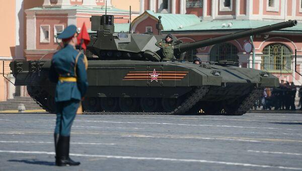 Танк Т-14 на гусеничной платформе Армата во время генеральной репетиции военного парада. Архивное фото
