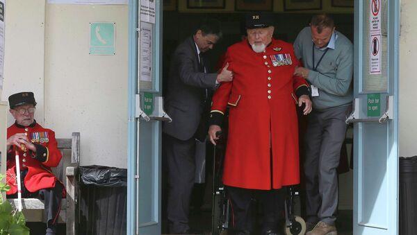 Пенсионер на избирательном участке в Лондоне
