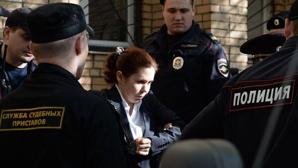 Бывший финансовый директор ООО Мира Ирина Егорова у Пресненского суда города Москвы. Архивное фото