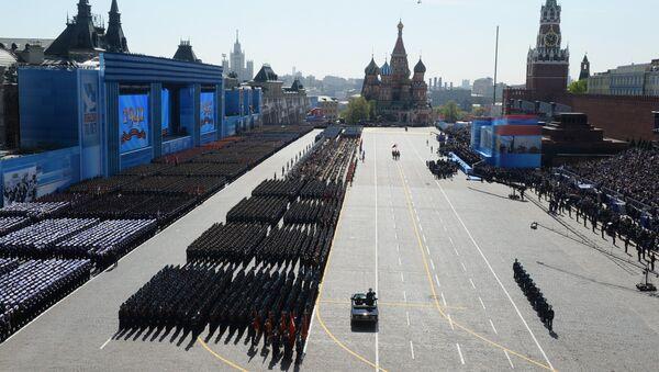 Военнослужащие парадных расчетов во время военного парада в ознаменование 70-летия Победы в Великой Отечественной войне