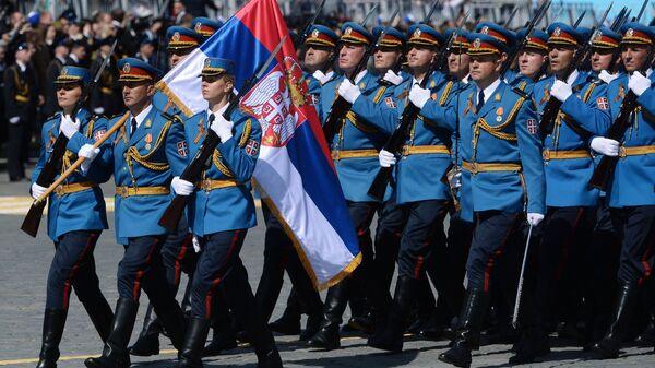 Военнослужащие Вооруженных сил Сербии во время военного парада в ознаменование 70-летия Победы в Великой Отечественной войне