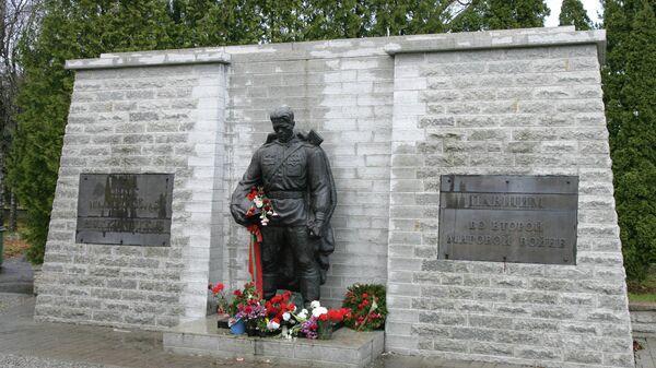 Памятник советскому Воину-освободителю Бронзовый солдат на таллинском Военном кладбище