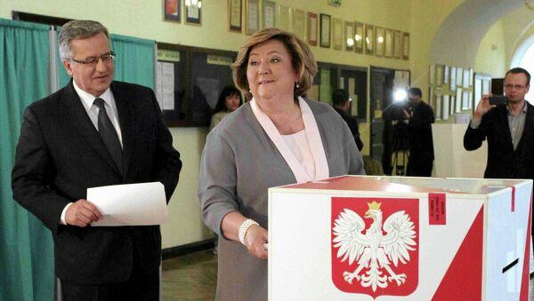 Бронислав Коморовский с супругой голосуют на выборах президента Польши, 10 мая 2015 года