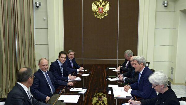 Президент России Владимир Путин и государственный секретарь Соединённых Штатов Америки Джон Керри (второй справа) во время встречи в резиденции Бочаров ручей в Сочи. Архивное фото