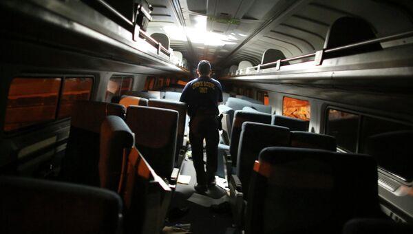 Спасатели внутри пассажирского поезда Amtrak потерпевшего крушение в Филадельфии