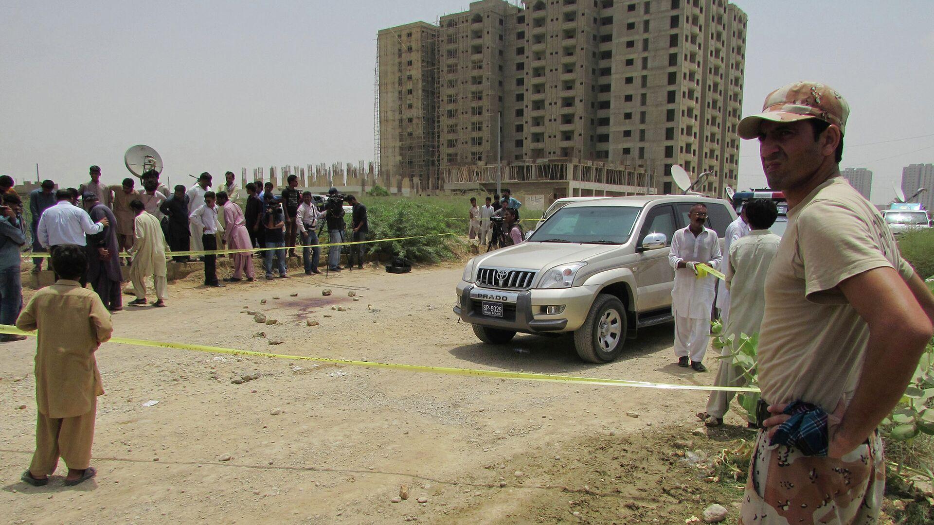 Полиция на месте обстрела автобуса в Пакистане. Карачи, 13 мая 2015 - РИА Новости, 1920, 27.09.2020
