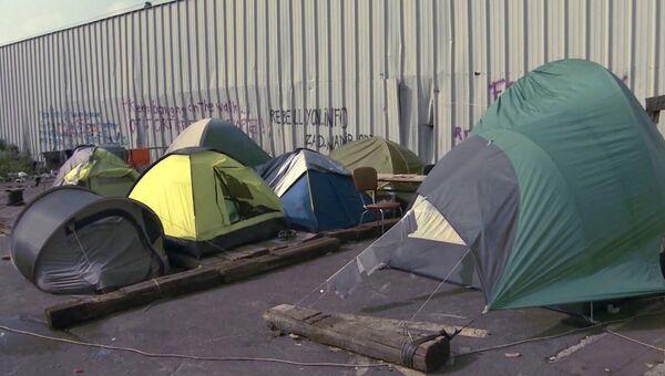 Мигранты разбили палаточные городки в порту Кале, ожидая отправки в Англию. Архивное фото