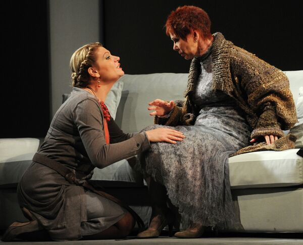 Анна Ардова и Евгения Симонова в сцене из спектакля Август: графство Осейдж