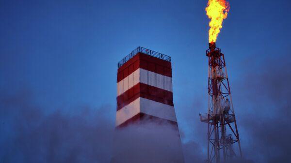 Вид на буровую вышку и газовый факел морской нефтеперерабатывающей платформы Приразломная. Архивное фото