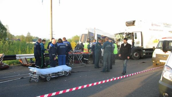 Сотрудники МЧС на месте ДТП с автобусом, перевозившим детей из Казани, в Нижегородской области