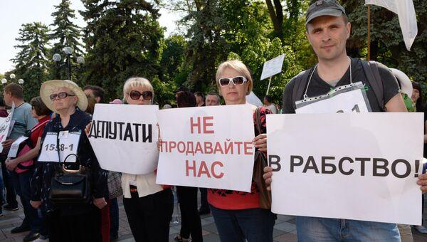 Активисты финансового Майдана проводят митинг у здания Верховной рады в Киеве. Архивное фото.