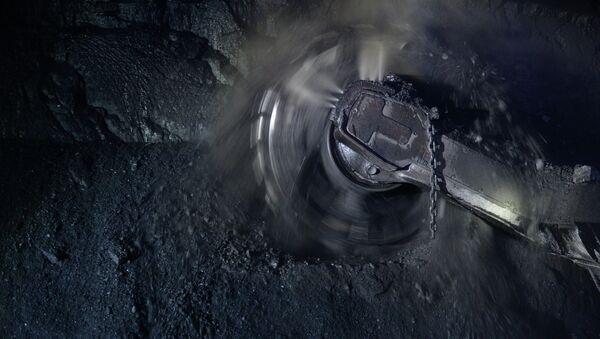 Очистной комбайн в лаве шахты. Архивное фото