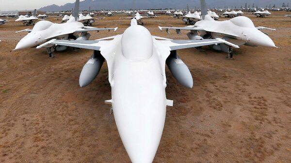 Американские многофункциональные лёгкие истребители F-16 Fighting Falcon на авиабазе ВВС США Девис-Монтен