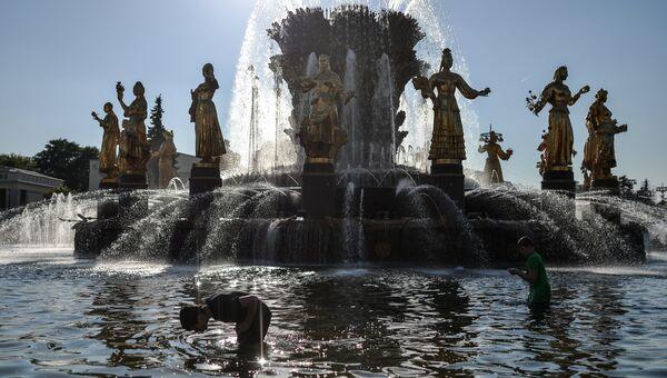 Дети купаются в фонтане Дружба народов на ВДНХ. Архивное фото
