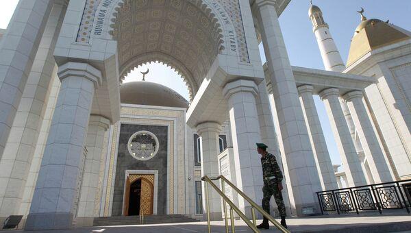 Главная мечеть Туркменистана Туркменбаши Рухы в селе Кипчак в 15 километрах от Ашхабада