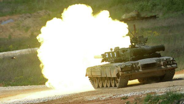 Танк Т-80 во время показа техники в рамках подготовки к международному военно-техническому форуму Армия-2015
