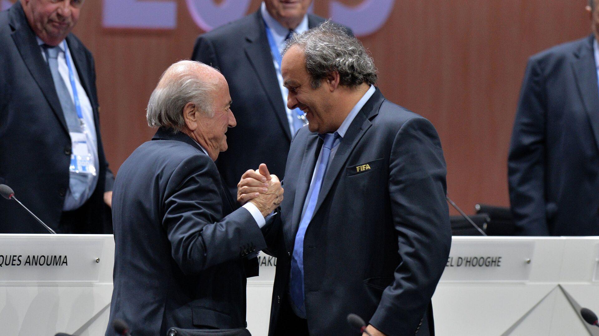 Переизбранный президент ФИФА Йозеф Блаттер и президент УЕФА Мишель Платини после оглашения результатов выборов в рамках 65-го Конгресса ФИФА в Цюрихе - РИА Новости, 1920, 30.11.2020