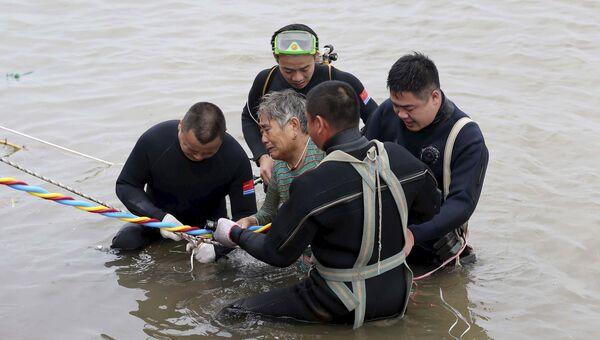 Пассажирка, которую спасатели вытащили с судна Восточная звезда, затонувшего в Китае