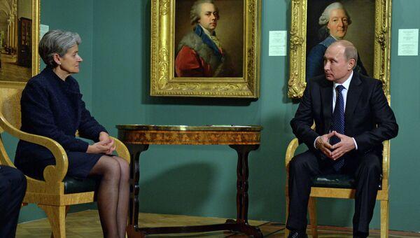 Президент России Владимир Путин и генеральный директор Организации Объединенных Наций по вопросам образования, науки и культуры (ЮНЕСКО) Ирина Бокова