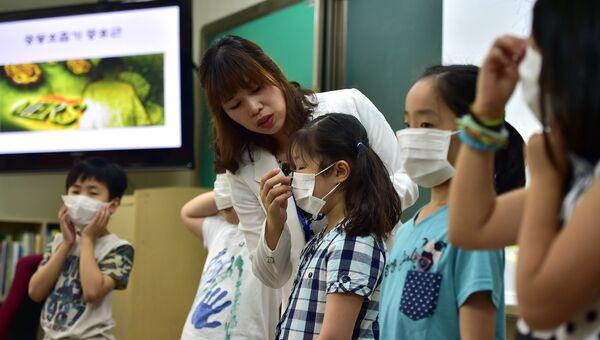 Южнокорейские школьники во время специального урока, посвященного вирусу MERS, Южная Корея. Архивное фото