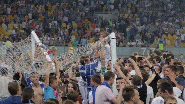Фанаты ФК Динамо ломали ворота и рвали сетку после победы в Кубке Украины