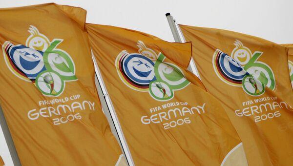 Флаги с эмблемой чемпионата мира по футболу 2006 года в Германии. Архивное фото