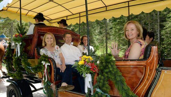 Супруг Меркель вместе с женами участников саммита G7 отправился на конную прогулку