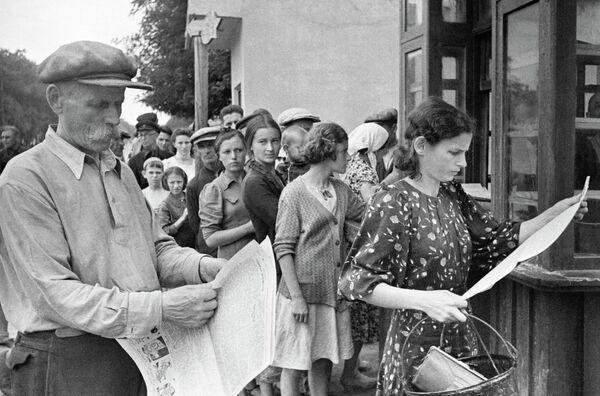 Одесситы читают свежие газеты.