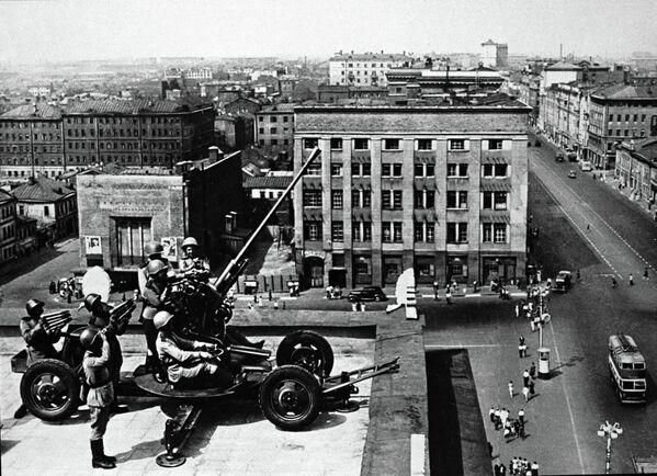 Зенитчики обороняют небо столицы