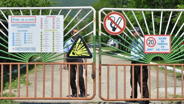 Полицейские стоят у ворот артиллерийского завода около города Сопот