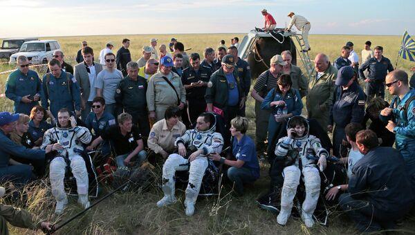 Приземление спускаемой капсулы с экипажем в составе Антона Шкаплерова (Роскосмос), Саманты Кристофоретти (ЕКА) и Терри Вертса (НАСА) в Казахстане