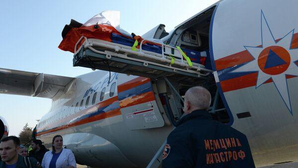 Самолет Ан-148 МЧС России осуществляет санитарно-авиационную эвакуацию. Архивное фото