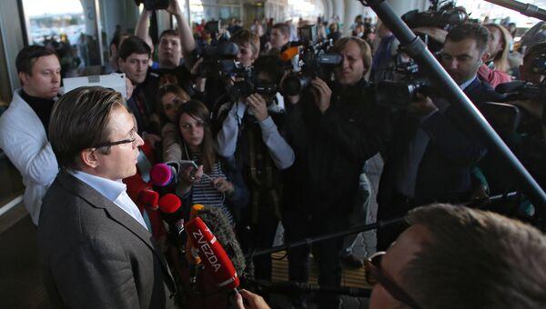 Адвокат Варвары Карауловой Александр Карабанов общается с журналистами в аэропорту Внуково.
