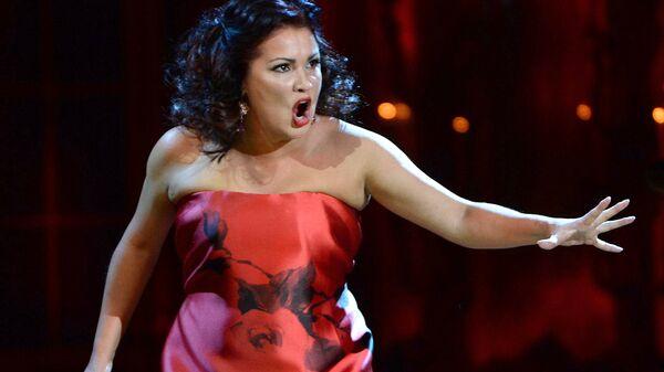 Оперная певица Анна Нетребко выступает на концерте Оперный бал