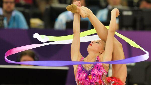 Яна Кудрявцева (Россия) выполняет упражнения с лентой на соревнованиях по художественной гимнастике в женском индивидуальном многоборье на I Европейских играх в Баку
