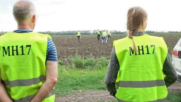 Международные эксперты в районе падения самолёта Boeing 777 малайзийских авиалиний в Донецкой области