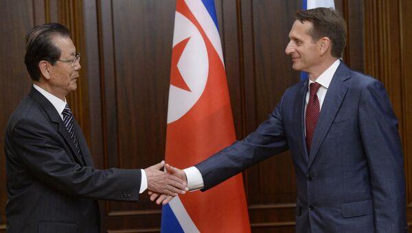 Председатель Государственной Думы РФ Сергей Нарышкин (справа) и председатель Верховного Народного Собрания КНДР Цой Тхе Бок на встрече в Москве