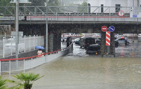Автомобильная дорога во время ливня в Сочи