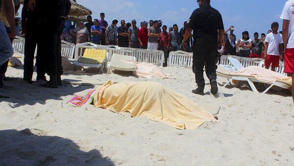 Тела погибших туристов на пляже отеля курорта Эль-Кантауи в Тунисе