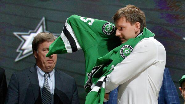 Хоккеист Денис Гурьянов надевает свитер Даллас Старз