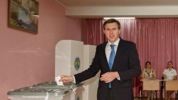 Мэр Кишинева, вице-председатель Либеральной партии Молдавии Дорин Киртоакэ голосует на выборах в Молдавии. Архивное фото