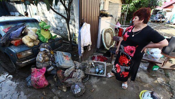 Местные жители в одном из районов, пострадавших от подтопления после ливневых дождей в городе Сочи