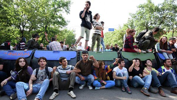 Митингующие перекрыли улицу в Ереване, Армения. 29 июня 2015