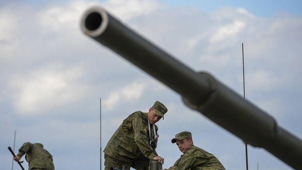Военнослужащие подготавливают военную технику на открытии Международного военно-технического форума Армия-2015 на базе нового конгрессно-выставочного центра парка Патриот в подмосковной Кубинке. Архивное фото