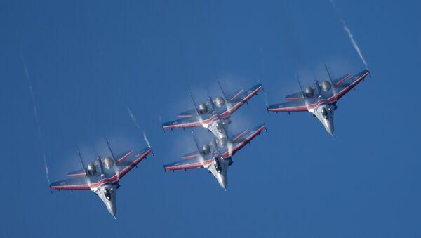 Выступление пилотажной группы Русские Витязи на самолетах Су-27. Архивное фото