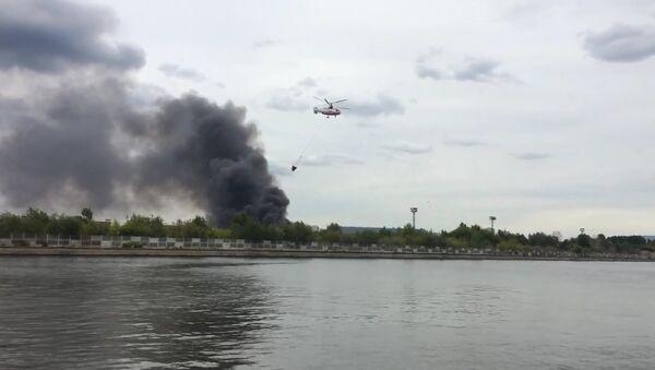 Вертолеты набирали воду в Москве-реке для тушения пожара в здании бывшего ЗИЛа
