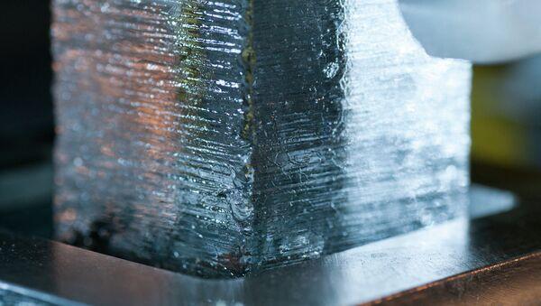 Фрагмент древнего льда, извлеченного из толщи ледников Гренландии