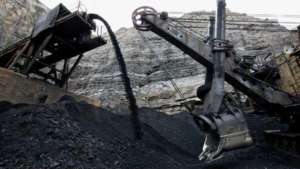 Уголь из шахты шахтоуправления Восточное (пос. Липовцы, Приморский край), входящего в состав Сибирской угольной энергетической компании (СУЭК). Архив