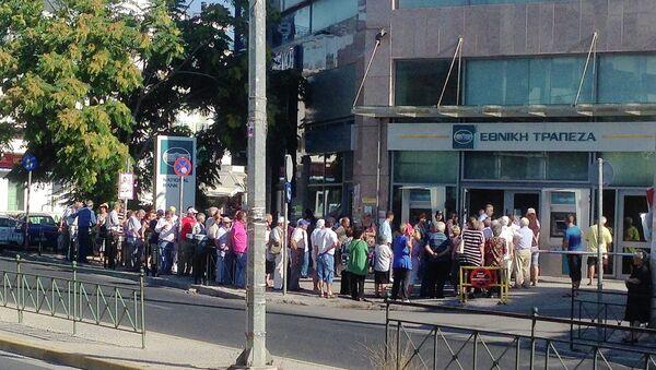 Пенсионеры в очереди в банк, Афины, Греция
