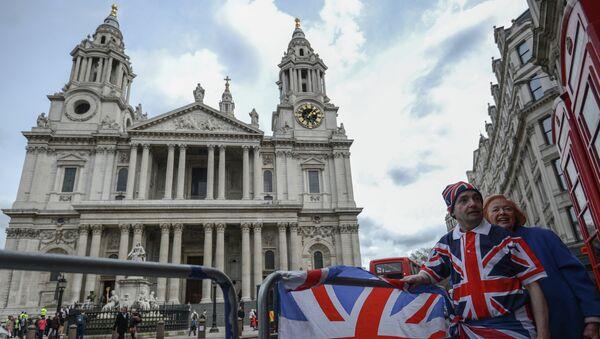 Люди стоят на одной из улиц Лондона у собора Святого Павла. Архивное фото